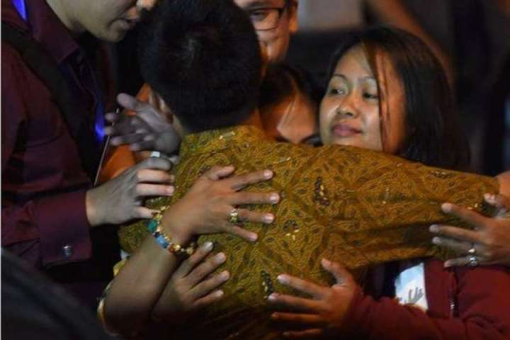 Mary Jane Fiesta Veloso hugs her family in relief following her stay of execution (BBC)