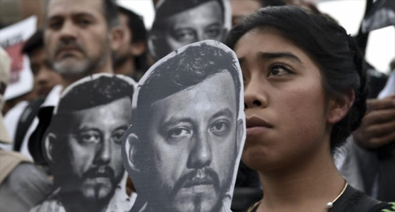 Mexican-photojournalists-hold-pictures-of-their-murdered-colleague-Ruben-Espinosa-AFP-800x430