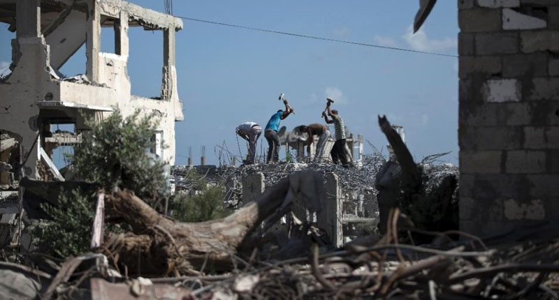 Palestinian-workers-remove-the-rubble-800x430
