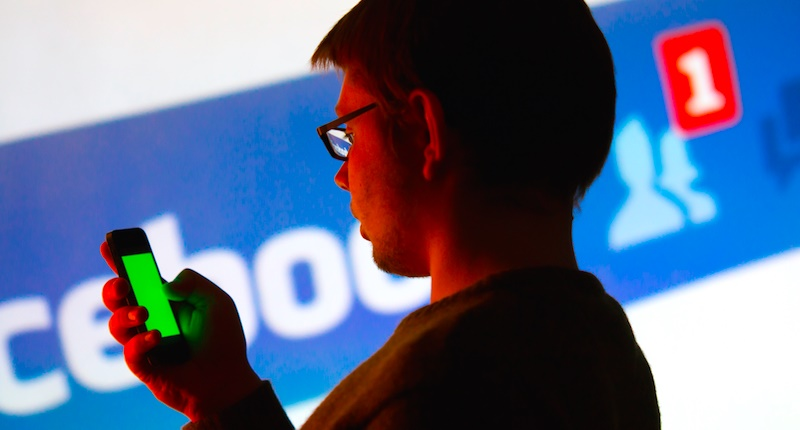 Smartphone-Facebook-Shutterstock-800x430